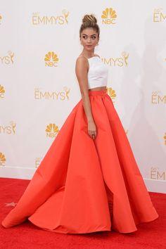 Sarah Hyland - Emmy 2014 - Conjunto de dos piezas de Christian Siriano y pendientes de diamantes de Lorraine Schwartz - #Joyas y #celebrities en @bijouprivee