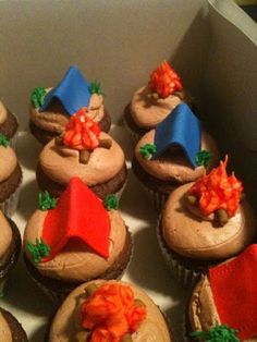 Camping cupcakes - like the tents and camp fires Camp Cupcakes, Campfire Cupcakes, Campfire Cake, School Cupcakes, Themed Cupcakes, Baking Cupcakes, Fishing Cupcakes, Camping Theme Cakes, Cupcake Wars