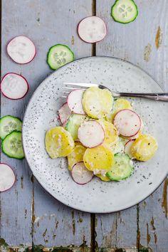Kartoffelsalat mal anders: Dieser Kartoffelsalat mit Gurke und Radieschen ist frühlingfrisch und trotz des Mayo-Dressings schön leicht.