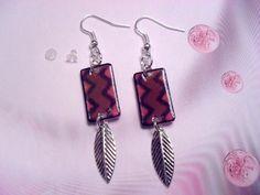 Boucles d'oreilles, marron, rose, avec plume argentée - 213 : Boucles d'oreille par tout-en-boucles