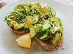 Foods for Healthy Hair Avocados:Not only are avocados packed with tons of those healthy fats, but they're also rich in vitamin E, yet another one that is likely to supplement hair growth. Best Fruits To Eat, Healthy Fats, Healthy Recipes, Keto Recipes, Healthy Eating, High Fiber Vegetables, Boiling Sweet Potatoes, Mothers Day Breakfast, Filling Food