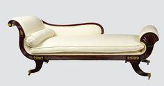 chaise longue, conocida como cama de dia, de origen Estadounidense y del estilo ahi llamado Federal, equivalente al estilo Regencia de Inglaterra Antigüedades