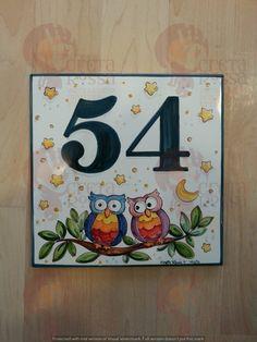 """(CODICE ARTICOLO: TP/95) Mattonella in ceramica cm 20x20 circa, dipinta a mano con decoro """"coppia di gufi"""". tecnica: maiolica. Ceramic Owl, Ceramic Pottery, Mosaic Drawing, Clay Crafts, Diy And Crafts, Name Plate Design, Pomegranate Art, Madhubani Painting, Ceramic Houses"""