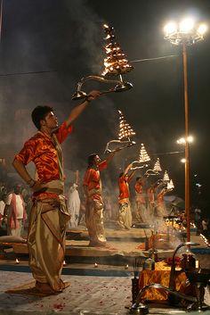 The magnificent Ganga Aarti at Varanasi.. célebration religieuse qui représentent l'eau , l'accen , le feu ,la terre et l'air..