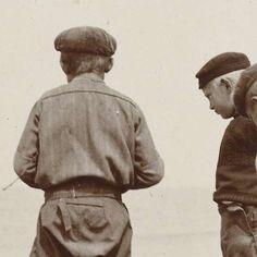 Drie jongens op het strand van Scheveningen, James Higson, 1904 - Rijksmuseum