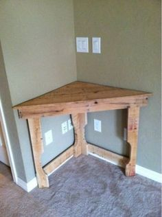 This could be great in the dining room for flowers or cell phone charge station! Recycled pallet wood corner desk - Model Home Interior Design Wood Corner Desk, Corner Table, Corner Space, Diy Corner Shelf, Corner Bar, Diy Pallet Projects, Home Projects, Pallet Ideas, Pallet Crafts