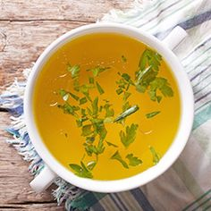 From a healthy gut to radiant skin and a boosted immune system, learn which health benefits of bone broth are worth the buzz, and find ways to eat and cook with this new trendy food. Basic Chicken Stock Recipe, Homemade Chicken Stock, Homemade Soup, Soup Recipes, Diet Recipes, Healthy Recipes, Cooker Recipes, Bone Broth Benefits, Winter Soups