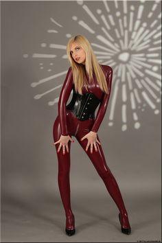Alina (2) im roten Catsuit – Catsuitmodel