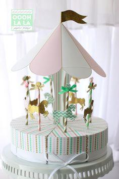 Einführung in unsere Karussell gefallen legen Sie im Herzstück in hellrosa, Minze und Gold.  Wie wäre es mit einer Party die Gunst direkt aus Ihr Mittelstück Formeinsatzes? Oder eine fabelhafte Brennpunkt Ihrer Dessert-Tabelle? Unabhängig davon, was Sie dafür verwenden ist es sicher zu beeindrucken!  Schönen versiegelten gold Glitter, hellen Blaugrün Streifen und Licht, das rosa Streifen für die Merry Go Round Pferde verwendet werden. Der Baldachin ist rosa, weiß mit Gold skizziert.  Angebot…