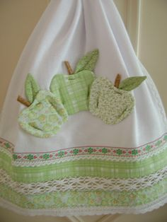 Apples Tea Towel or could be made into an apron with the apples as pockets--could use green and red scrap fabrics--jc Applique Towels, Applique Patterns, Applique Designs, Dish Towels, Hand Towels, Tea Towels, Kitchen Linens, Kitchen Towels, Kitchen Decor