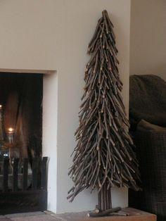 Un rústico árbol de navidad, realizado únicamente con ramas secas.
