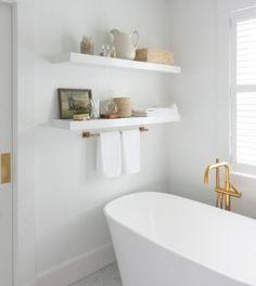 Decoração de banheiro aconchegante. Revestimentos brancos criam aconchego e complementos dourados trazem sofisticação.🌿🏠  #lilianazenaro #decoracao #reforma #interiores #designdeinteriores #decoradora #reformaresidencial #banheiro #inspiração #bathroom