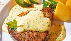 Das ist Fischgenuss vom Allerfeinsten: Thunfisch-Filets an Petersilien-Hollandaise. Kommt bei deinem Festessen super an.