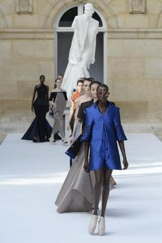 BOR201. Paris (France), 05/07/2015.- Models present creations from the Fall/Winter 2015/2016 Haute Couture collection by Dutch label Ilja during the Paris Fashion Week, in Paris, France, 05 July 2015. The presentation of the Haute Couture collections runs from 05 to 09 July. (Moda, Francia) EFE/EPA/CAROLINE BLUMBERG