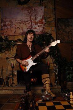 Richard Hugh Blackmore (14 april 1945, Weston-super-Mare, Verenigd Koninkrijk) is een Engels gitarist, en voornamelijk bekend als gitarist van de hardrockgroepen Deep Purple en Rainbow. Blackmore groeide op in Heston. Op zijn tiende kreeg hij zijn eerste gitaar van zijn vader.