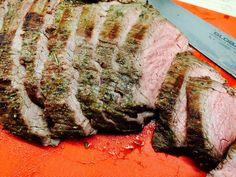 Grillet flanksteak med rosmarin og hvidløg er nem mad, som tilmed er meget hurtig at tilberede. Foto: Guffeliguf.dk. Weber Grill, Pork, Meat, Recipes, Kale Stir Fry, Beef, Food Recipes, Rezepte, Pork Chops