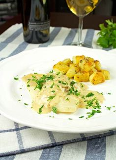 Creamy Flatfish With Boiled and Fried Potatoes: one of the tastiest recipes for fish. Perfect for a special dinner, like Valentine's, anniversaries and other occasions where you need to serve something unique. Greek Recipes, Fish Recipes, New Recipes, Oven Baked Fish, Tuesday Recipe, Most Popular Recipes, Fried Potatoes, Daily Meals, Tomato Sauce