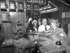 Una cajera marca el quinto premio en el indicador de las máquinas tragaperras de cincuenta centavos, de una sala de juegos de Las Vegas, Nevada, en 1950.