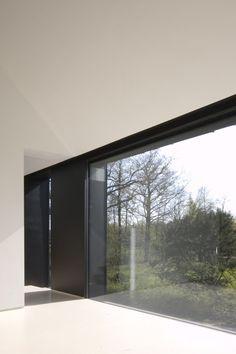 Accentuating the window reveal. Interior by Bruno Vanbesien.