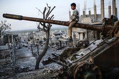 <p>KRIGSHERJET: En gutt leker på en stridsvogn i den sønderbombede byen Kobane nord i Syria. Etter snart fem år med borgerkrig, tok verdenssamfunnet håpet om fred i Syria et sjelden langt steg fremover fredag kveld.</p>
