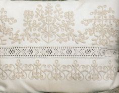 KOMÁDI FEHÉRHÍMZÉS - ALFÖLD Chain Stitch Embroidery, Embroidery Stitches, Embroidery Patterns, Hand Embroidery, Machine Embroidery, Floral Embroidery, Stitch Head, Last Stitch, Braided Line