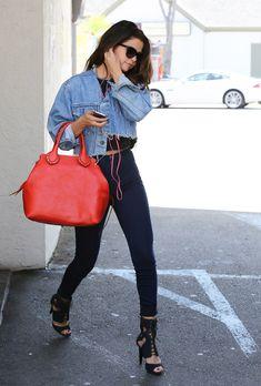 Selena Gomez apporte une touche de couleur à son street style // www.leasyluxe.com #selenagomez #coach #leasyluxe