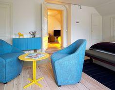 Der Holzboden und die Farbakzente verleihen dem Raum eine ganz besondere Atmosphäre. #hotel #furniture #home #homestory #interior #scandinavian #accessoires