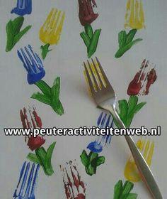 Benodigdheden: verf, vork, kwast en papier. De kinderen maken met een vork afdrukken van een bloem. Met de kwast maken ze steeltjes en blaadjes. Wat een mooie bloemen! www.peuteractiviteitenweb.nl