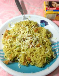 There are a lot of versions of maggi making along with its simple traditional way. Cheese maggi is one of those versions. Healthy Breakfast Recipes, Vegetarian Recipes, Cooking Recipes, Easy Pasta Recipes, Light Recipes, Maggi Masala, Maggi Recipes, Food Snapchat, Easy Cheese