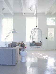 In de woonkamer is gekozen voor grote gebaren: geen bank, in plaats daarvan twee love seats van Ikea.