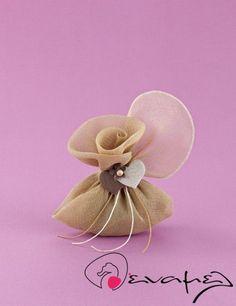 Μπομπονιέρες γάμου γάζα λουλουδιού με διακοσμητικό 2 καρδιές.  Διαστάσεις μαντηλιού : 45Χ45 εκ Διαστάσεις μπομπονιέρας: 14Χ13 εκ  Η τιμή αφορά έτοιμη δεμένη μπομπονιέρα με 5 κουφέτα αμυγδάλου Χατζηγιαννάκης.  Μαντήλι γάζας σε χρώμα μπεζ της άμμου για μπομπονιέρα γάμου λουλούδι, με δέσιμο κορδό
