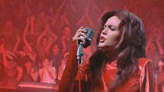 おはようございます。 今朝の一曲は、昨日に続いてダイアン・レイン主演映画から「今夜は青春」(Tonight Is What It Means to be Young)。 映画「ストリート・オブ・ファイヤー」で、ダイアン・レインはロック歌手の役なのですが、歌はロック・バンドのファイヤー・インク(リードボーカルはホーリー・シャーウッドとローリィ・ドッド)による吹き替えでした。 ストリートギャングにさらわれ拉致されたロック歌手を救出する役がマイケル・パレ、その相棒役がエイミー・マディガン。ダイアンは注目を浴び始めた女優でしたが、それ以外の俳優は無名。マイケルはなんとNYのレストランの副料理長だったそうです。エイミーはもともと男性の予定だった相棒役を女性にすべきアピールして、その役を獲得したとか。 アクション映画でありながら、人が一人も死なないという点も特色。そして、この動画からもわかりますが、ウォルター・ヒル監督らしいカッコイイ青春映画です。また観たくなってきました(^.^)