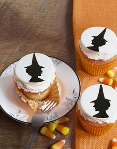 Get delicious, creative ideas for Halloween cupcakes right here that will be the perfect addition to your spooky Halloween party. These Halloween desserts are easy and fun to make. Halloween Desserts, Halloween Cupcakes, Menu Halloween, Halloween Treats For Kids, Cute Desserts, Halloween Clothes, Halloween Pictures, Happy Halloween, Halloween Decorations