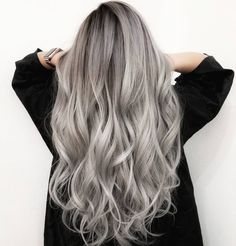 The ombre hair trend has been seducing for some seasons now. More discreet than tie and dye, less classic than sweeping, this new technique of hair. Silver Ombre Hair, Brown Ombre Hair, Ash Blonde Hair, Ombre Hair Color, Pelo Color Gris, Hair Color Formulas, Thin Hair Haircuts, Natural Hair Styles, Long Hair Styles