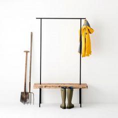 Diese Garderobe aus Altholz weckt Erinnerungen an die Schulzeit. Egal ob im Eingangsbereich oder im Schlafzimmer, hier kannst Du nach einem langen Tag deine Sachen ablegen. Die elegante Kombination aus Bank und Kleiderstange besteht aus schwarz pulverbeschichtetem Metall und Altholz. So bietet sie dir ausreichend Platz für deine Kleidung und Schuhe.Material:Gestell: Metall schwarz Sitz: Altholz naturGrößen:S 90 × 40 × 190 cmM 117 × 40 × 190 cmL 150 × 40 × 190 cm