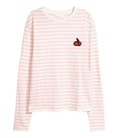Lys rosa/Hvit stripet. Langermet topp i bomullstrikot med applikasjon på toppen.