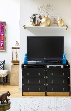 shelf above tv -- looks like ikea brackets painted gold/brass. a lot of shelves from ikea can be cut to length. Home Entertainment, Eclectic Living Room, My Living Room, Shelf Above Tv, Ikea Rast Dresser, Diy Dressers, Ikea Drawers, Long Dresser, Dresser Ideas