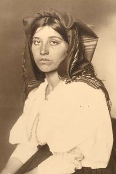 24 Extraordinary Photos Of Immigrants Passing Though Ellis Island Immigration Policy, Ellis Island, Cultural Identity, Italian Women, In Pursuit, Bohemian Gypsy, Interesting Faces, Country Life, Portrait Photography