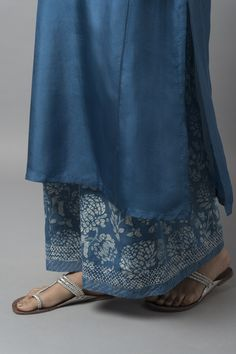 MALHAR A breezy collection features blooming chrysanthemums and textural geometric prints in natural indigo dye. Ethnic Fashion, Colorful Fashion, Indian Fashion, Kurti Designs Party Wear, Kurta Designs, Indian Attire, Indian Ethnic Wear, Indian Dresses, Indian Outfits