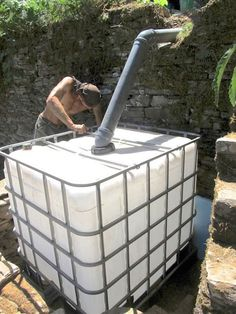 Organic Gardening How to create a composting toilet system with a flush toilet, a worm-composting bin and a filter bed. Nothing is wasted and the garden is given nutrient dense organic matter. Composting Toilet, Worm Composting, Earthship, Off The Grid, Homestead Survival, Survival Prepping, Diy Septic System, Diy 2019, Compost