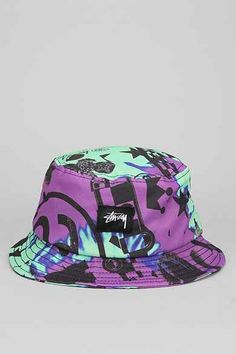 A bucket hat speaks for an entire outfit. Visor Beanie, Beanie Hats, Beanies, Stussy Tie Dye, Bucket Hat Outfit, Streetwear Hats, Estilo Hip Hop, Cute Hats, Outfits With Hats