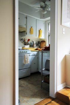4 Pro Designers Share Their Best Tricks for Improving a Rental Kitchen — Rental Kitchen Solutions Rental Kitchen, Diy Kitchen, Kitchen Decor, Kitchen Cabinets, Kitchen Tips, Kitchen Ideas, Wood Concrete, Apartment Kitchen Organization, Dark Brown Cabinets