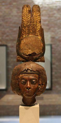 Buste de la reine Tiyi, coiffée d'une couronne composée d'un disque solaire entouré par des cornes de vache et surmonté de deux plumes aux sommets arrondis. Tiyi était l'épouse d'Amenhotep III, et la mère d'Akhénaton, tous deux pharaons de la XVIIIe dynastie. Elle occupa une position éminente, tant sur un plan rituel que diplomatique. Elle fut l'initiatrice des grandes réformes religieuses qui poussèrent Akhénaton à développer le culte d'Aton - Musée des antiquités égyptiennes de Berlin.