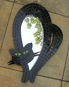 Kristin would love this- kinda looks like a Halloween cat! Espelho Gato Negro by CacoLoco Arte & Mosaico by Monica Sanchez Stained Glass Mirror, Mirror Mosaic, Mosaic Glass, Mosaic Tiles, Glass Art, Tiling, Mosaic Crafts, Mosaic Projects, Mosaic Animals