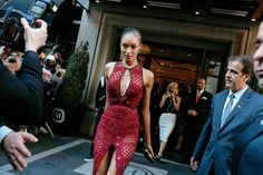 Jourdan Dunn in Burberry at Met gala 2015 Red Carpet Dresses, Blue Dresses, Style Stealer, Gown Skirt, Street Style 2016, Jourdan Dunn, Dressed To The Nines, Cool Street Fashion, World Of Fashion