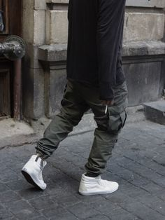The Vans Hi is a basic streetwear essential. It is the first shoe that will ever be recommended to you if you are entering the world of streetwear beca Biker Pants, Cargo Pants, Fashion Brand, Mens Fashion, Fashion Outfits, Fashion Guide, Fashion Killa, Street Fashion, Vans Sk8 Hi Outfit