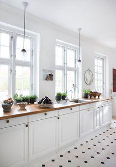 Colonial style i Kerteminde Swedish Kitchen, Scandinavian Kitchen, New Kitchen, Danish Kitchen, Cafe Interior, Interior Modern, Kitchen Interior, Colonial Style Homes, Colonial Kitchen