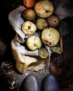 ✨ FRUTAS DE OTOÑO ✨. . Manzanas rojas , peras conferencias, membrillos , castañas ... . Cada estación tiene su encanto y el Otoño nos… Food Photography, Stuffed Mushrooms, Vegetables, Instagram, World, Pears, Apples, Vegetable Gardening, Crack Cake