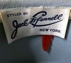 Les Chapeaux de Jack McConnell ont Porté Deux Différents Symboles d'Authenticité, le Premier était une Plume Rouge Cousue sous l'Etiquette, et le Second était un Strass.