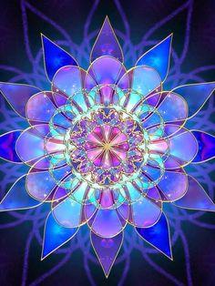 Mi a mandala - A mandala ősi szanszkrit szó, melynek jelentése: kör, körszelet vagy korong. A Távol-Keleten elsősorban Tibetben és Indiában használják – a hinduizmus és a buddhizmus követői–, de az amerikai kontinens számos indián kultúrájában megtaláljuk a mandalakészítés művészetét. Lényege abban áll, hogy egy kör vagy egy négyzet alakú mandalát készítenek, amelyben a középpontból indulnak ki és számos, igen változatos geometriai formát szőnek bele.